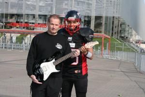 Head Coach Detlef Zorn und QB Rohat Dagdelen mit dem Unikat